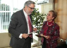 Rector Juan Manuel Zolezzi con Rita Claverie de Sciolli, embajadora de Guatemala en Chile